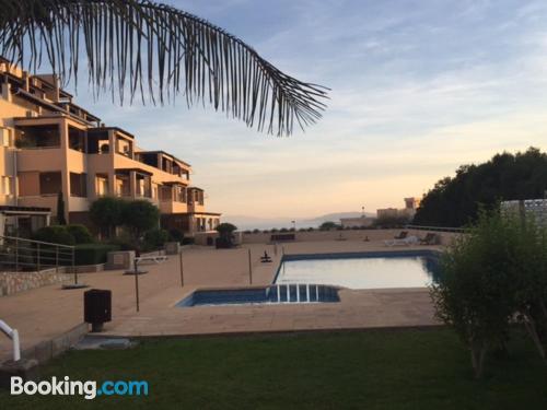 Gran apartamento de dos dormitorios con piscina y terraza