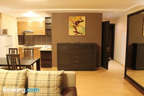 Apartamento de una habitación en Almaty con aire acondicionado