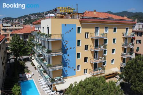Apartamento con terraza, bien ubicado
