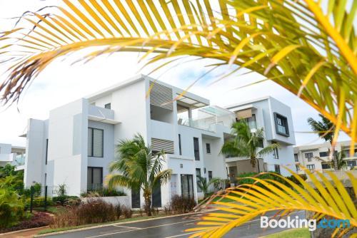 Apartamento con piscina y aire acondicionado, vistas y internet