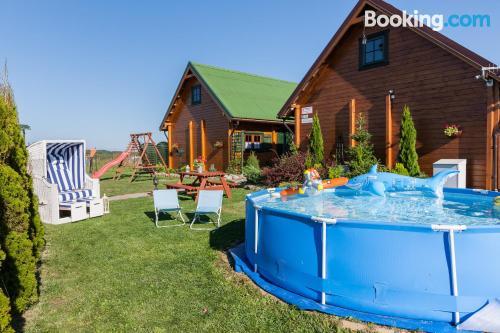 Zona increíble y terraza en Rewal con piscina