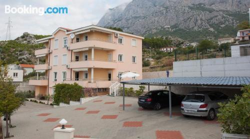 Cuco apartamento dos personas en Makarska