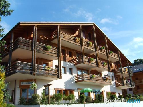 Apartamento con piscina, terraza y internet