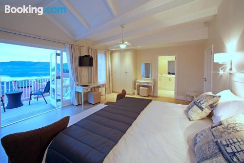 Appartamento con riscaldamento e Internet. Knysna dalla vostra finestra!