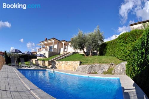 ¡Aire acondicionado! Con terraza y piscina