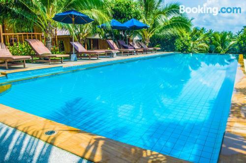 Espacioso apartamento en Laem Set Beach con piscina