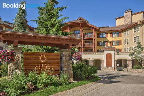 Stay cool: air-con apartment in Sun Peaks. 33m2!